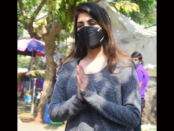 सुशांत की Birth Anniversary पर रिया चक्रवर्ती ने खरीदे फूल, फोटोग्राफर्स से बोलीं- 'प्लीज मेरे पीछे मत आओ'