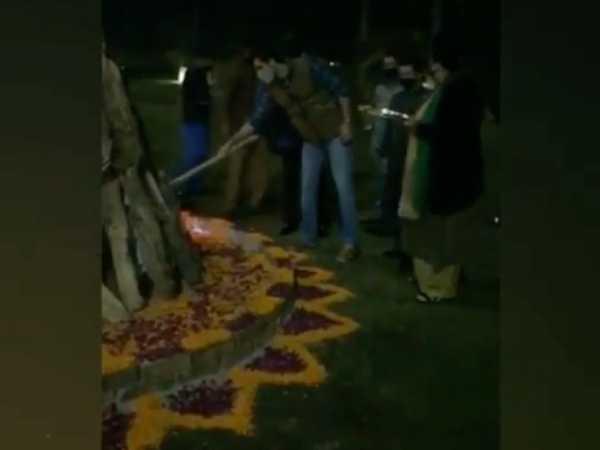 रणबीर कपूर ने दिल्ली में फैन्स के साथ मनाई लोहड़ी, देखिए तस्वीरें