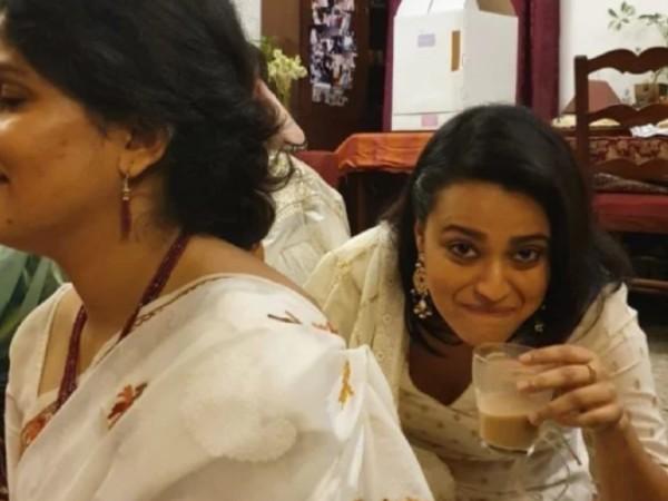 स्वरा भास्कर ने मनाई मम्मी-पापा की शादी की सालगिरह, वायरल हो रहीं हैं तस्वीरें!