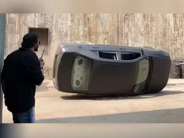 CIRKUS: रोहित शेट्टी ने दिखाया धमाकेदार एक्शन सीन, सेट पर पलटी कार- वीडियो देख उड़ जाएंगे होश