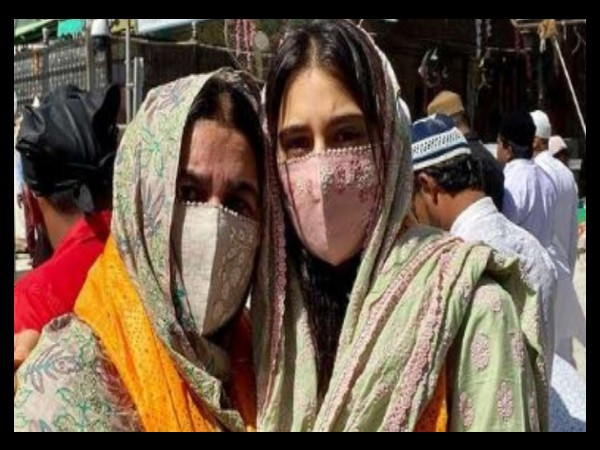 कोरोना महामारी में भारी भीड़ के बीच सारा अली खान ने मां अमृता के साथ अजमेर शरीफ में मांगी दुआ
