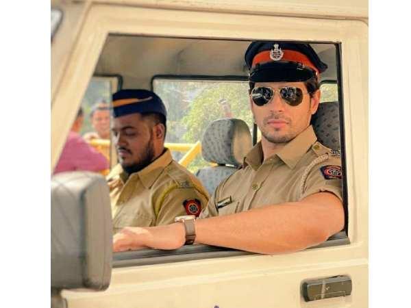 सिद्धार्थ मल्होत्रा ने 'थैंक गॉड' से शेयर किया दबंग First LOOK- रणवीर सिंह, रोहित शेट्टी का मजेदार कमेंट