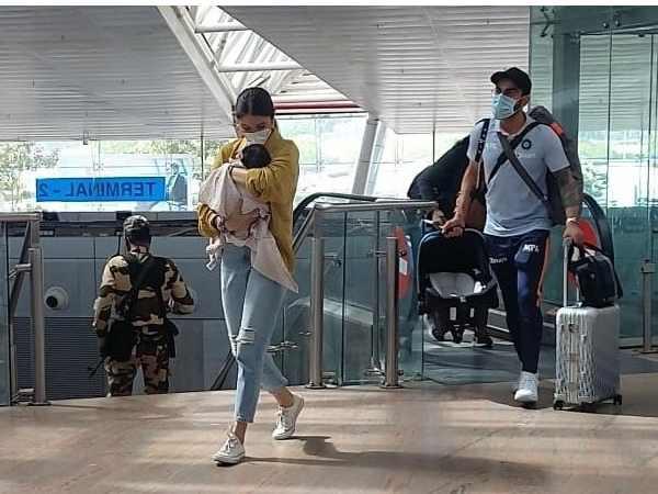 बेटी वामिका के साथ एयरपोर्ट पर नजर आए अनुष्का शर्मा और विराट कोहली, फैंस फिदा- देंखे क्यूट तस्वीरें