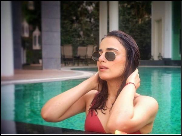 रेड बिकिनी में राधिका मदान ने शेयर की सेक्सी फोटो, स्विमिंग पूल में एन्जॉय करती दिखीं सीक्रेट हॉलिडे!