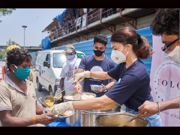 YOLO Foundation- जैकलीन फर्नांडीज ने अपने हाथ से बांटा जरूरतमंदो को खाना, वायरल हुईं तस्वीरें!