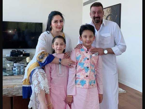 संजय दत्त दुबई में मान्यता दत्त और बच्चों के साथ सेलिब्रेट कर रहे हैं ईद, देंखे तस्वीरें