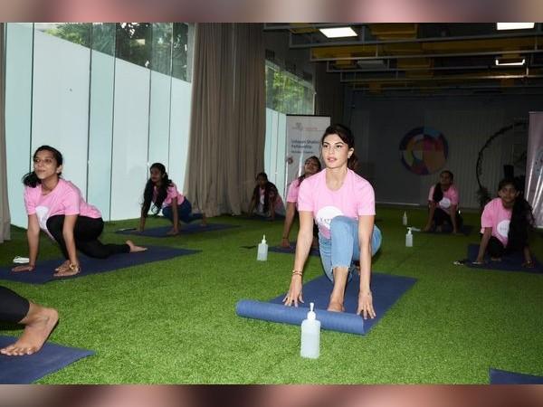 International Yoga Day 2021: जैकलीन फर्नांडिज ने बच्चों के साथ किया योग, शेयर की प्यारी तस्वीरें