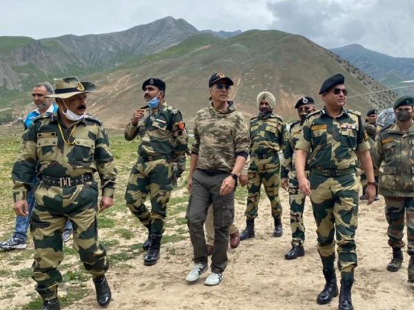कश्मीर में BSF जवानों से मिले अक्षय कुमार, सामने आईं तस्वीरें