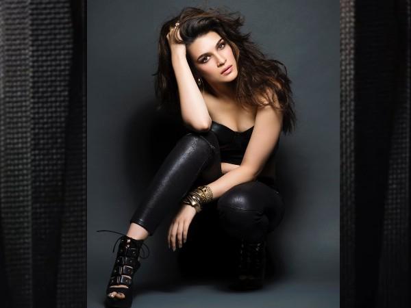 डब्बू रतनानी के लिए सबसे बोल्ड अवतार में नजर आईं कृति सेनन, देखिए सेक्सी फोटोशूट