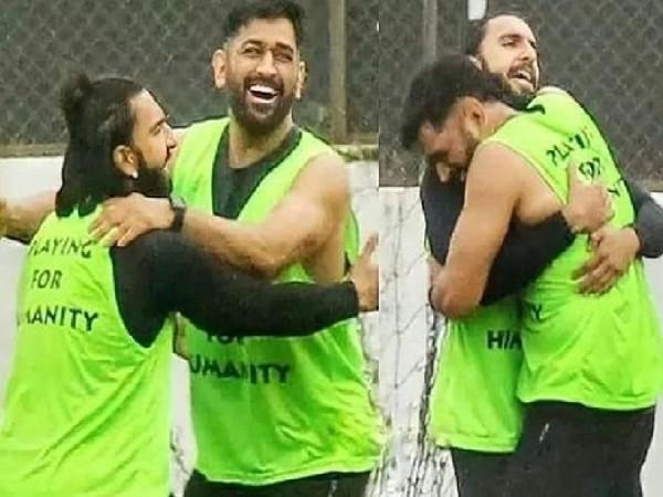 एम एस धोनी के साथ फुटबॉल खेलते नजर आए रणवीर सिंह, मैदान पर जमकर की मस्ती, वीडियो वायरल!