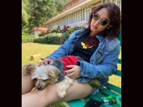 आमिर खान की बेटी आयरा खान हो रहीं हैं ट्रोल, तस्वीर में नजर आया सिगरेट का पैकेट?