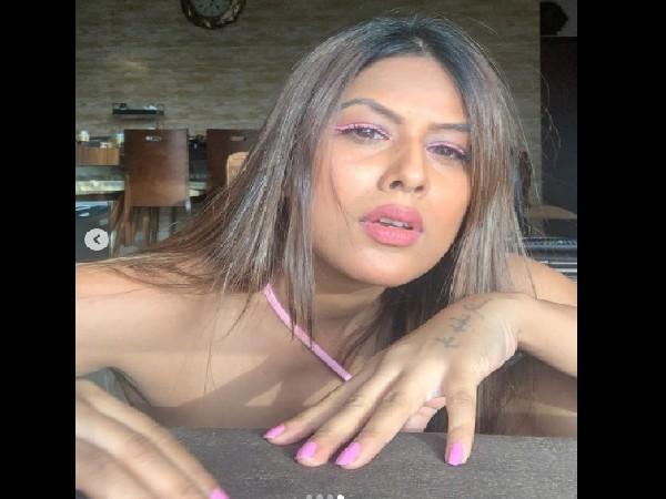 बिकिनी पहन रेत में नागिन की तरह खेलती निया शर्मा, इंटरनेट पर VIDEO वायरल, बेहद बोल्ड