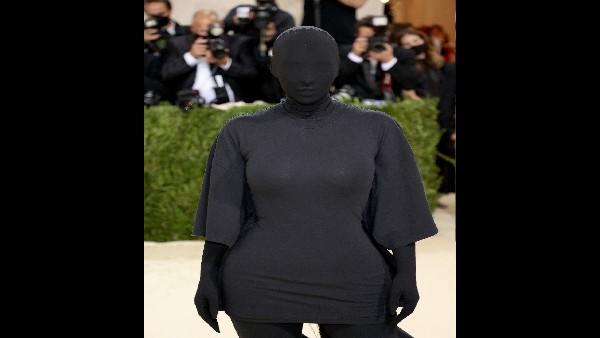 मेट गाला 2021: किम कर्दाशियां ने चेहरे को काले कपड़े से छिपाया, करीना खान हैरान, फैंस ने बनाया  मीम्स