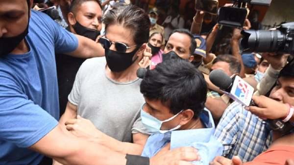 बेटे आर्यन से मिलने जेल पहुंचे शाहरुख खान- बाहर जमा हुए कैमरामैन पर भड़के हंसल मेहता, पूजा भट्ट, सोनू सूद