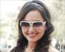 https://hindi.filmibeat.com/img/2010/09/03-sonakshi-sinha100.jpg