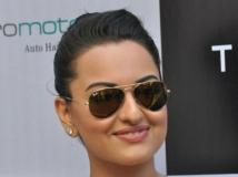 https://hindi.filmibeat.com/img/2012/12/18-sonakshi-sinha-600.jpg