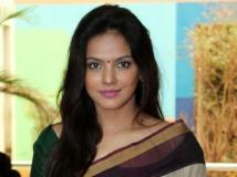https://hindi.filmibeat.com/img/2013/10/31-neetu-chandra-600.jpg
