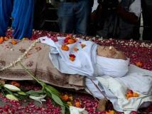 http://hindi.filmibeat.com/img/2014/07/11-zohra-sehgal-cremation.jpg