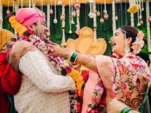 https://hindi.filmibeat.com/img/2020/01/neha-pendse-wedding-pictures-6-bigg-boss-contestant-may-i-come-in-madam-actress-1578232431.jpg