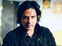 https://hindi.filmibeat.com/img/2020/11/rahul-roy-suffered-a-brain-stroke-8-1606661264.jpg