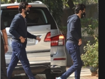 https://hindi.filmibeat.com/img/2021/01/varun-dhawan-spotted-outside-a-clinic-1611326064.jpg