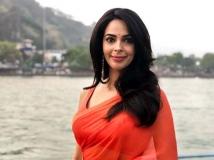 https://hindi.filmibeat.com/img/2021/05/mallika-sherawat-1622022369.jpg