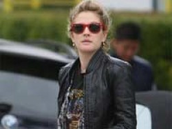 Drew Barrymore S Car Hit Paparazzo