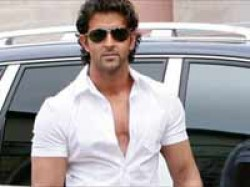 Hrithik Roshan Leaves Hospital