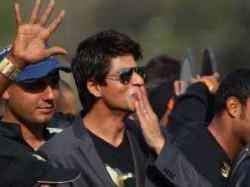 Shahrukh Khan Gets Candid Salman Khan Ready Aid