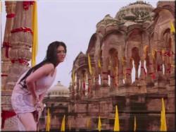 Sunny Leone Sporting Zeenat Aman Look Ek Paheli Leela