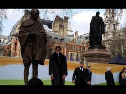 Photos Amitabh Bachchan Unveils Gandhi Statue Touches The Feet 046936 Pg