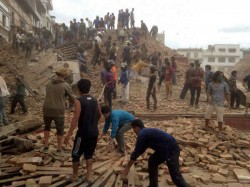 Nepal Earthquake Makes Bollywood Celebrities Shahrukh Amitabh Worried