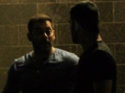 Mahendra Singh Dhoni Visits Salman Khan At Midnight See Pics