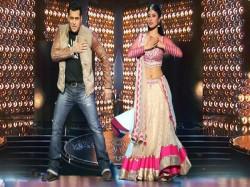 Salman Khan Suggest Mouni Roy Name Akshay Kumar Gold