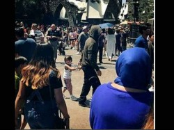 Shahrukh Khan Spotted Hiding His Face While Walking With Abram In Usa