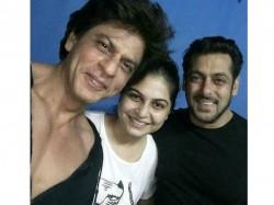 Shahrukh Khan Salman Khan Pose For A Selfie