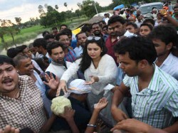 Dinesh Lal Yadav Nirhua And Amrapali Dubey Helped Flood Victims