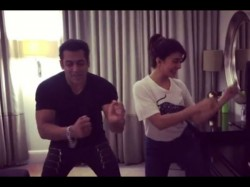 Salman Khan Jacqueline Fernandez Dance On Tan Tana Tan