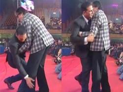 Amitabh Bachchan Reaction After Akshay Kumar Embarrasses Him At Iffi 2017