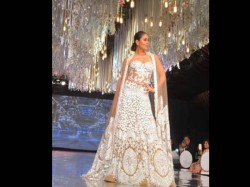 Kareena Kapoor Khan Walks The Ramp Manish Malhotra S Fashion Show