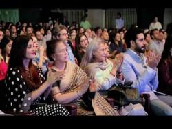 Abhishek Bachchan Protects Aaradhya Aishwarya Gets Angry At Paparazzi