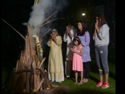 Amitabh Bachchan Celebrate Holi With Family See Pics