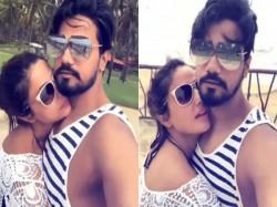 Bigg Boss Fame Hina Khan Bold Pic With Boyfriend Rocky
