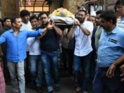 Ajay Devgn Performs Veeru Devgn S Last Rites Bollywood Celebs Attend The Funeral