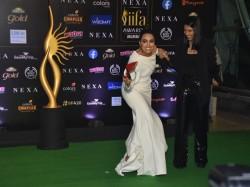 Iifa Awards 2019 Iifa Homecoming Swara Bhaskar Takes Heels In Her Hands At Green Carpet