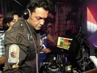 #DJ बॉबी देओल ने अपने गाने बजाए और लोगों ने मांगे पैसे वापस
