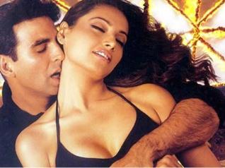 #16Years..अक्षय कुमार के साथ जमकर BOLD सीन.. पहली फिल्म..और बेबो की छुट्टी !