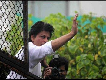शाहरुख ने फैन्स को दी यूं दी ईद की मुबारकबाद..अबराम भी आए साथ