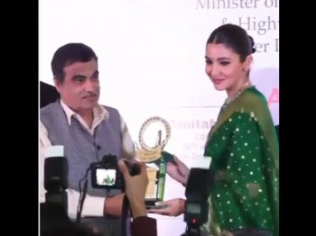 अभिनेत्री अनुष्का शर्मा को मिला स्मिता पाटिल मेमोरियल अवॉर्ड, ट्रेडिशनल लुक में जीत लिया दिल
