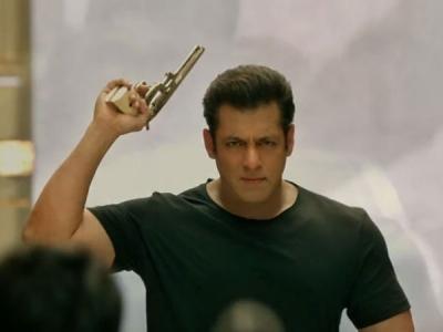 'संजू' के आधे में रह गए सलमान खान.. 'रेस 3' को पहला जबरदस्त झटका!